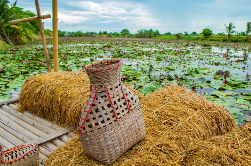 La rastrelliera di pesca, canestro di bambù ha messo il pesce sul balcone della paglia di riso immagini stock