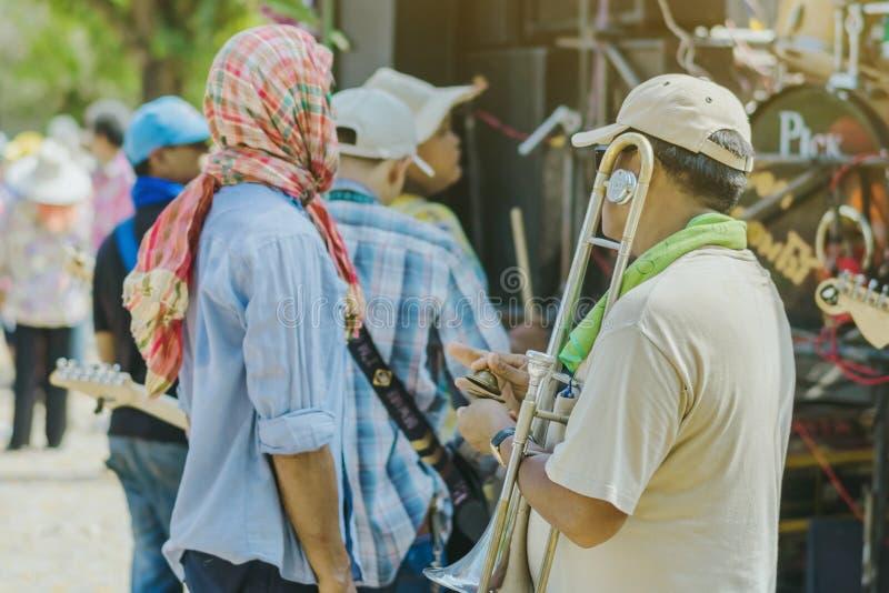 La RATCHABURI-Tailandia, il 14 aprile 2019: Musicisti pieghi tailandesi non identificati che giocano musica nella cerimonia di cl immagine stock libera da diritti