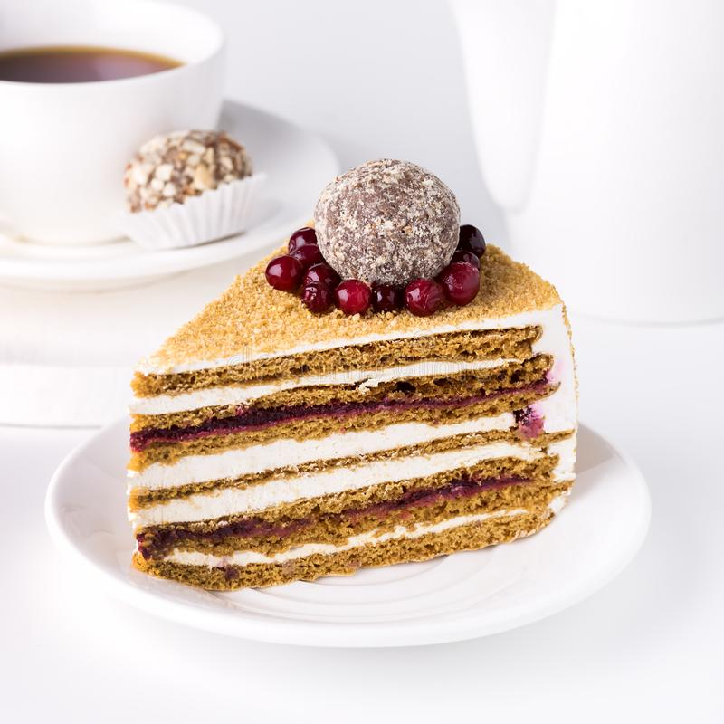 La rebanada de taza sabrosa hecha en casa sabrosa del postre del fondo blanco de la miel y de la torta de los arándanos de torta  fotografía de archivo