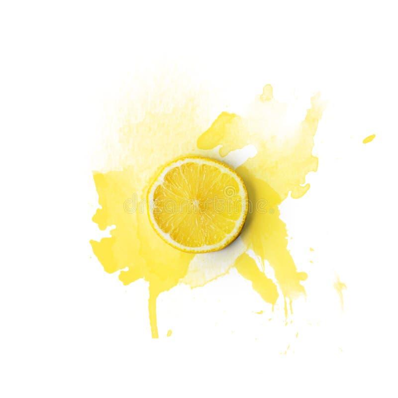 La rebanada del limón en el fondo blanco con la acuarela salpica; Copie s foto de archivo libre de regalías