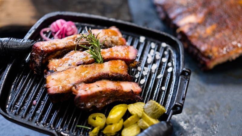 La receta asada a la parrilla de la carne fumó el romero de las costillas de cerdo fotografía de archivo libre de regalías