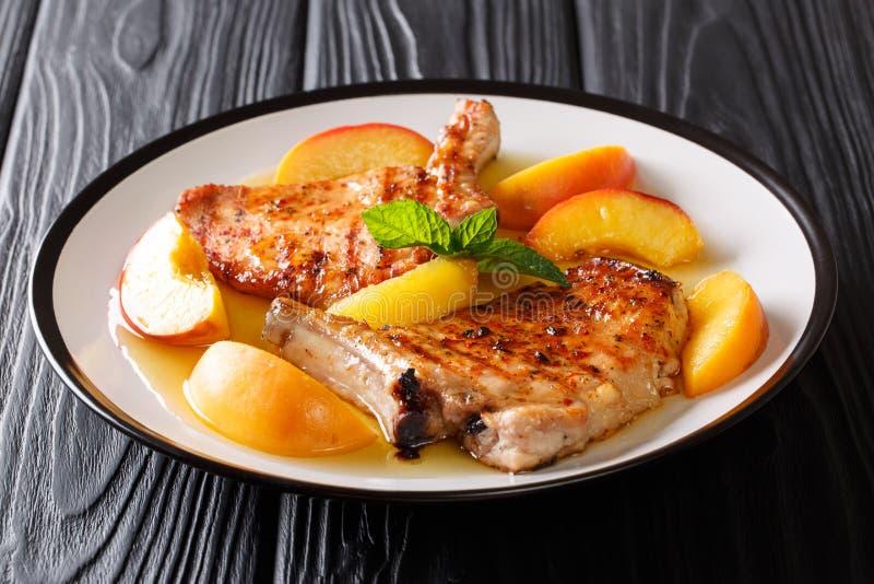 La receta francesa asó a la parrilla el cerdo picante con los melocotones, sauc del ajo de la miel imágenes de archivo libres de regalías