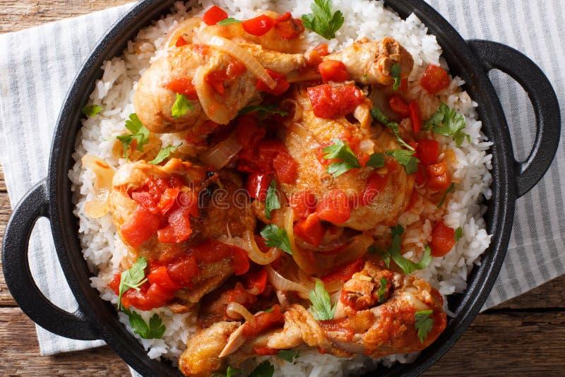La receta haitiana del pollo es un un pote del pollo, tomates, vino imágenes de archivo libres de regalías