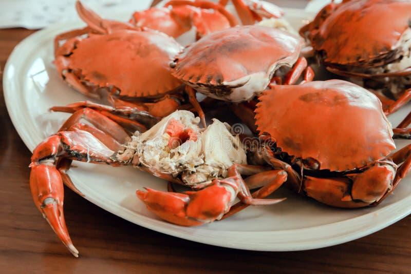 La receta hervida de 05 cangrejos cocinó la comida hervida en la placa imagenes de archivo