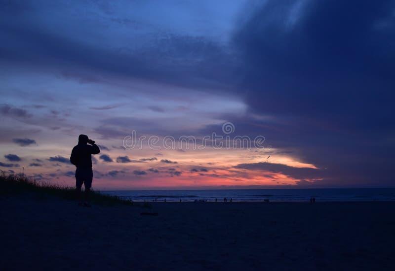 A la recherche du coucher du soleil photographie stock libre de droits
