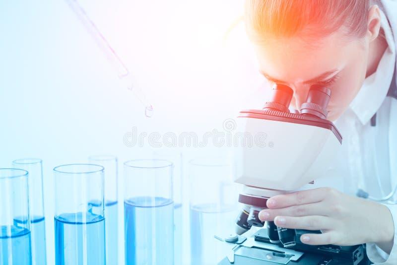 La recherche scientifique sur le lap scientifique travaille au microscope images stock