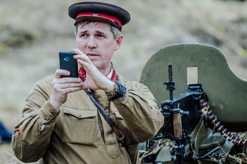 La reconstitution de la bataille de la guerre mondiale 2 entre les troupes soviétiques et allemandes près de Moscou photographie stock