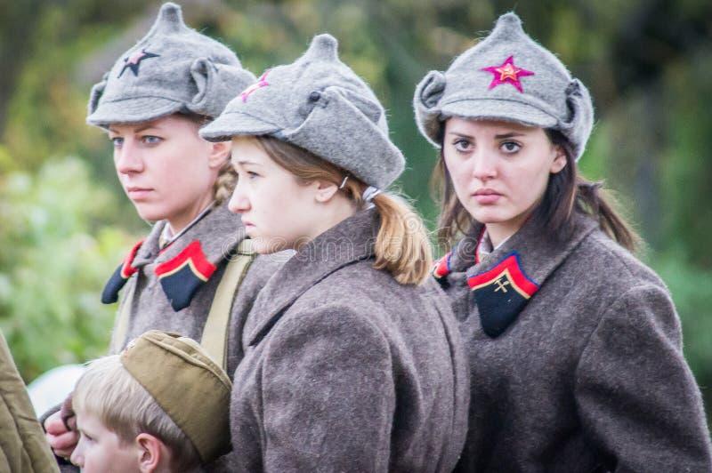 La reconstitution de la bataille de la guerre mondiale 2 entre les troupes soviétiques et allemandes près de Moscou photographie stock libre de droits