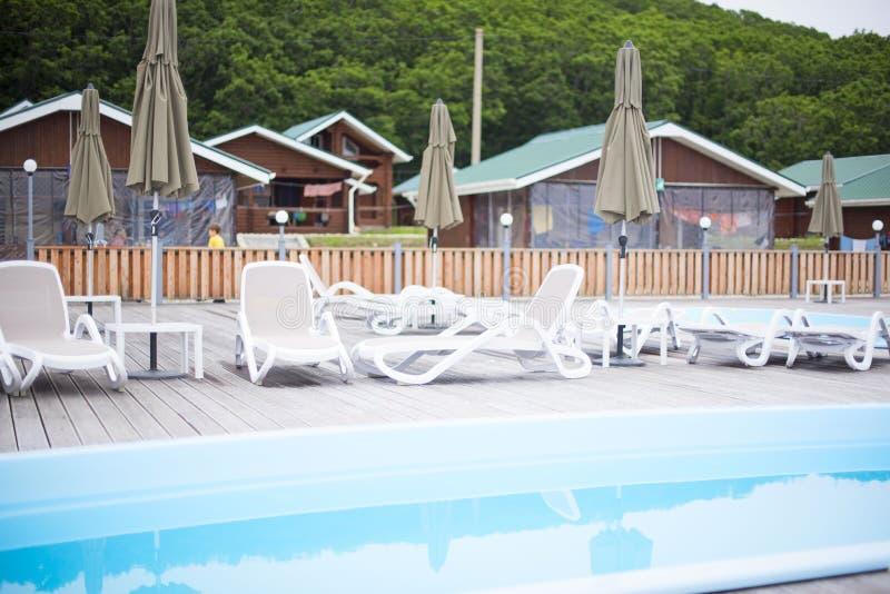 La reconstrucción de la reconstrucción del club de campo relaja el paraguas de madera del ocioso del sol de los árboles forestale imagen de archivo