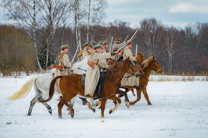 la reconstrucción Militar-histórica de luchas de épocas del primer mundo en el Borodino coloca el 13 de marzo de 2016 foto de archivo