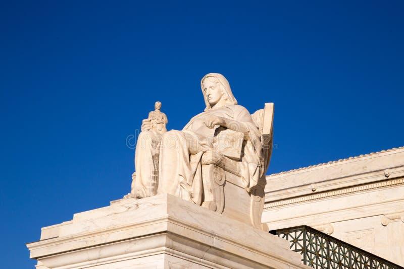 La reflexión de la estatua de la justicia: La estatua delante del imágenes de archivo libres de regalías