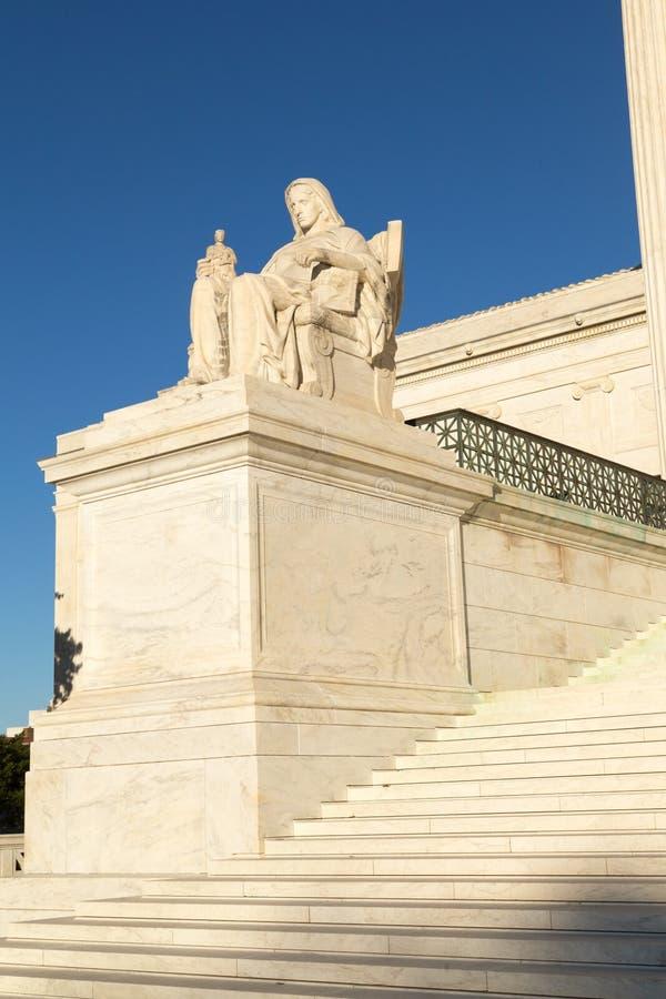 La reflexión de la estatua de la justicia: La estatua delante del fotos de archivo libres de regalías