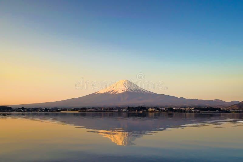 La reflexión de la montaña de Fuji con nieve capsuló y la luna en la salida del sol de la mañana en el kawaguchiko del lago, Yama fotos de archivo libres de regalías