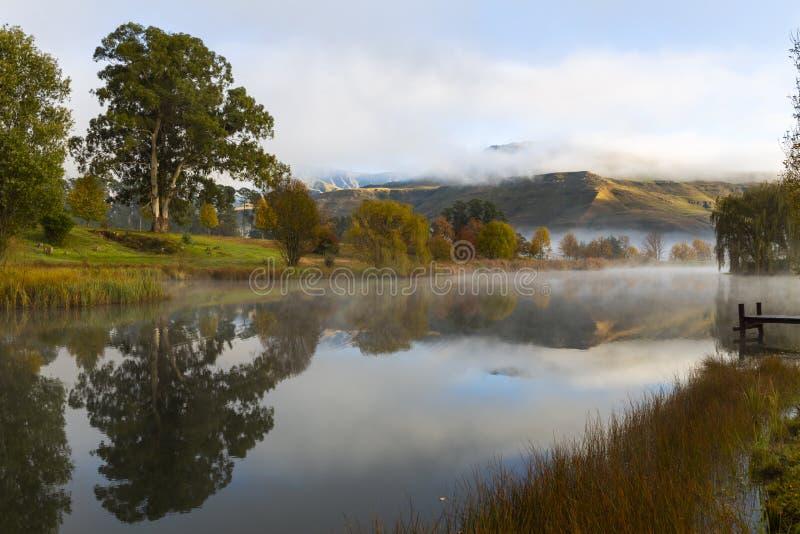 La reflexión del otoño coloreó árboles en la charca imágenes de archivo libres de regalías