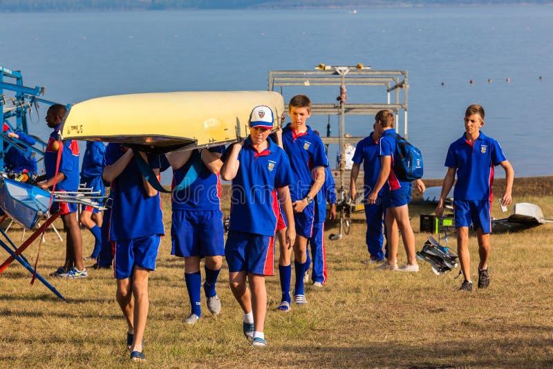 La regata Canoes preparación de los equipos fotografía de archivo