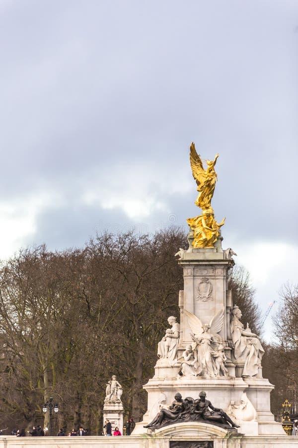 La regina Victoria Memorial La regina Victoria Memorial è individuata davanti al Buckingham Palace fotografia stock libera da diritti