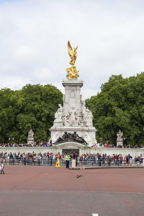 La regina Victoria Memorial, turisti che aspettano il cambiamento cerimoniale di Londra custodice, Londra, Regno Unito fotografia stock
