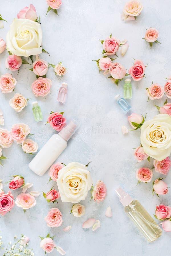 La regolazione della stazione termale con i fiori, è aumentato idratando l'olio crema ed essenziale immagini stock