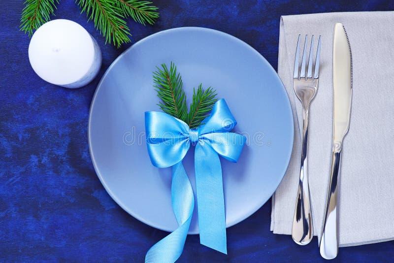 La regolazione della tavola di Natale dei piatti, le forcelle, il coltello, tovaglioli e può immagini stock