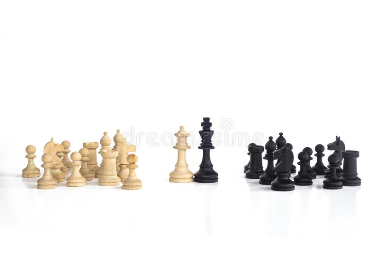 La reina blanca y el rey negro, enfrentados tradicionalmente en juego de ajedrez, son juntos Imagen en fondo blanco aislado fotos de archivo