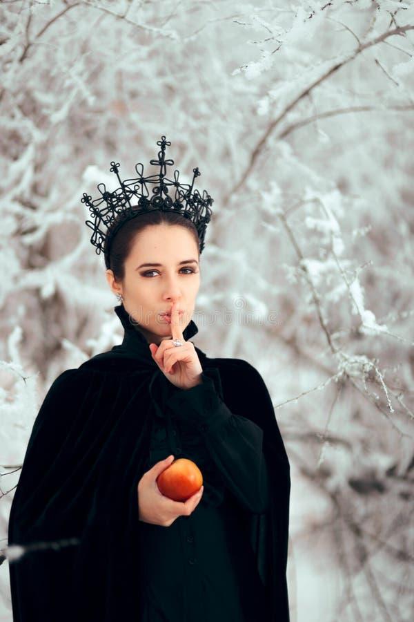 La reina malvada que guardaba una tenencia secreta envenenó Apple fotografía de archivo libre de regalías