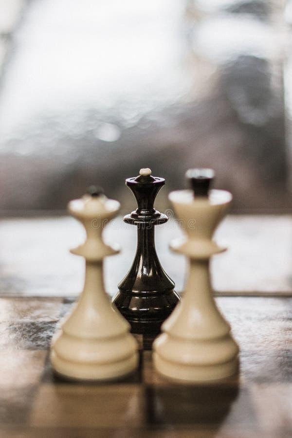 La reina negra del ajedrez como metáfora de un amante fotografía de archivo
