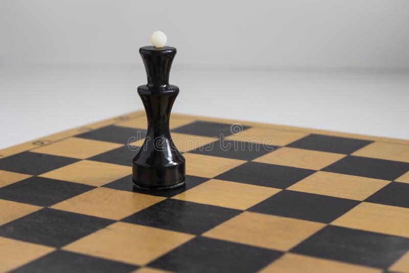La reina negra en el tablero de ajedrez fotografía de archivo