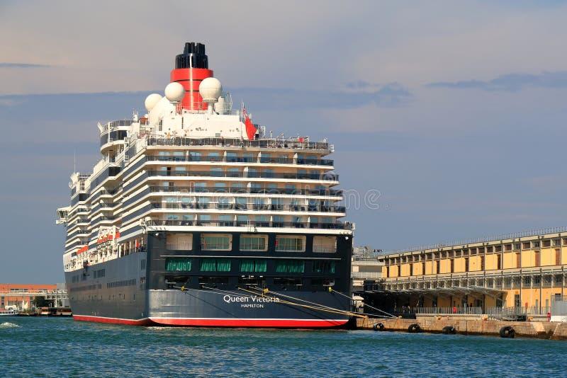 La reine amarr e victoria de bateau de croisi re dans le port de venise italie image stock - Hotel venise port croisiere ...
