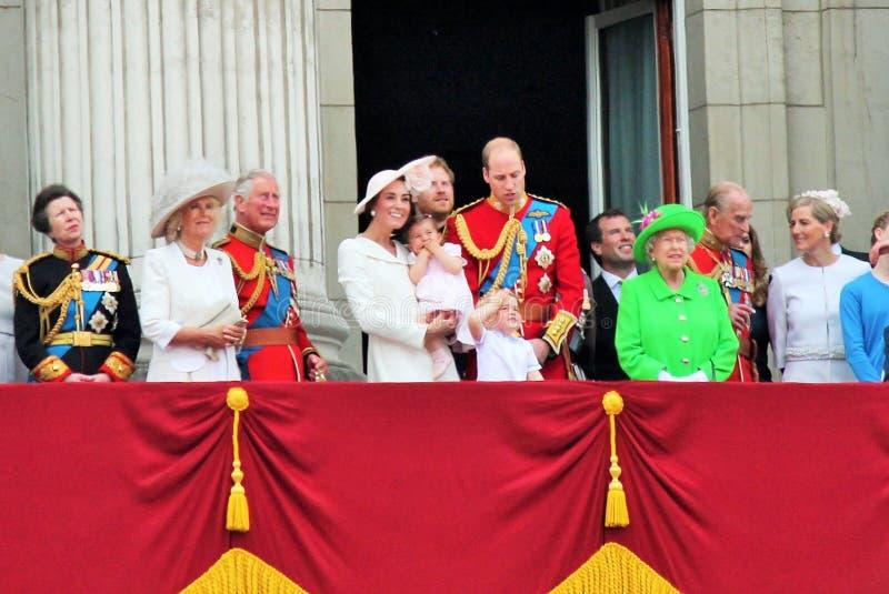 La Reine Elizabeth et famille royale, Buckingham Palace, Londres en juin 2016 - en s'assemblant le prince George William de coule images libres de droits