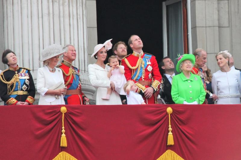 La Reine Elizabeth et prince dévastent, William, kate, Charles, assemblement de famille royale de philip du balcon 2015 de couleu photo stock