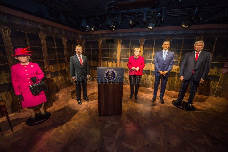 La Reine Elizabeth II, Vaclav Havel, Angela Merkel, Barack Obama et Donald Trump dans le musée de Grevin des chiffres de cire à P images libres de droits