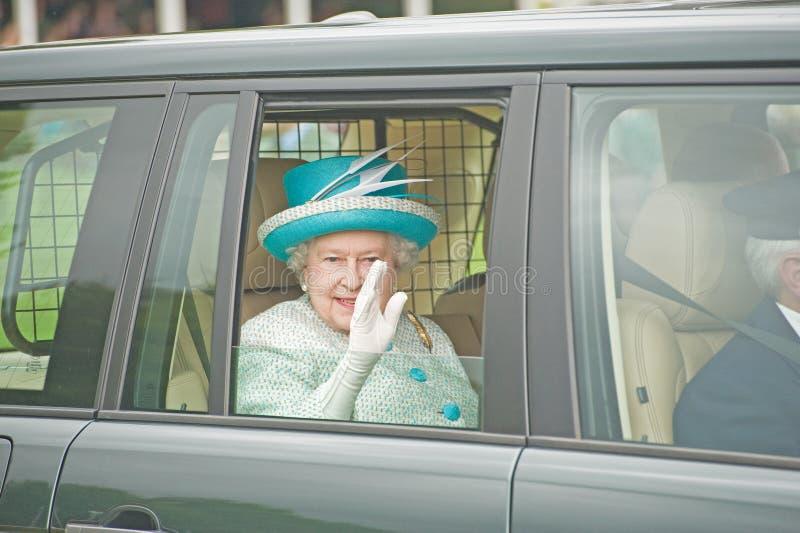 La Reine Elizabeth laissant des jeux de Braemar. images libres de droits