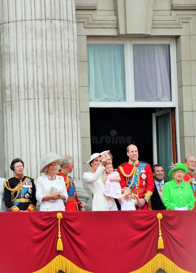 La REINE ELIZABETH, Londres, ANGLETERRE, famille royale apparaît pendant l'assemblement la couleur images stock