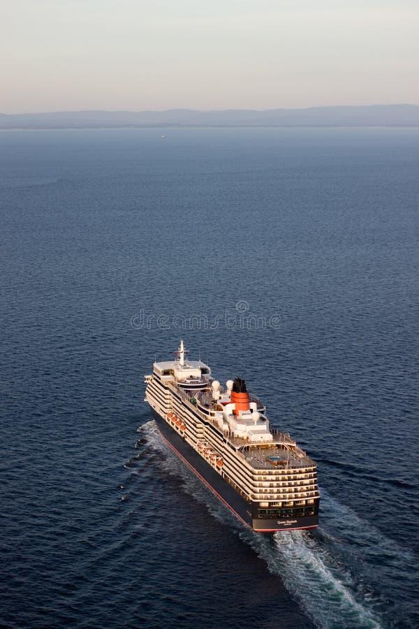 La Reine Elizabeth naviguant la verticale de vue aérienne images stock