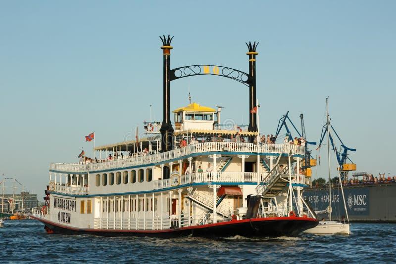 La reine historique de Mississppi de bateau de croisière pendant le défilé annuel de bateau de croisière dans le port de Hambourg photographie stock libre de droits