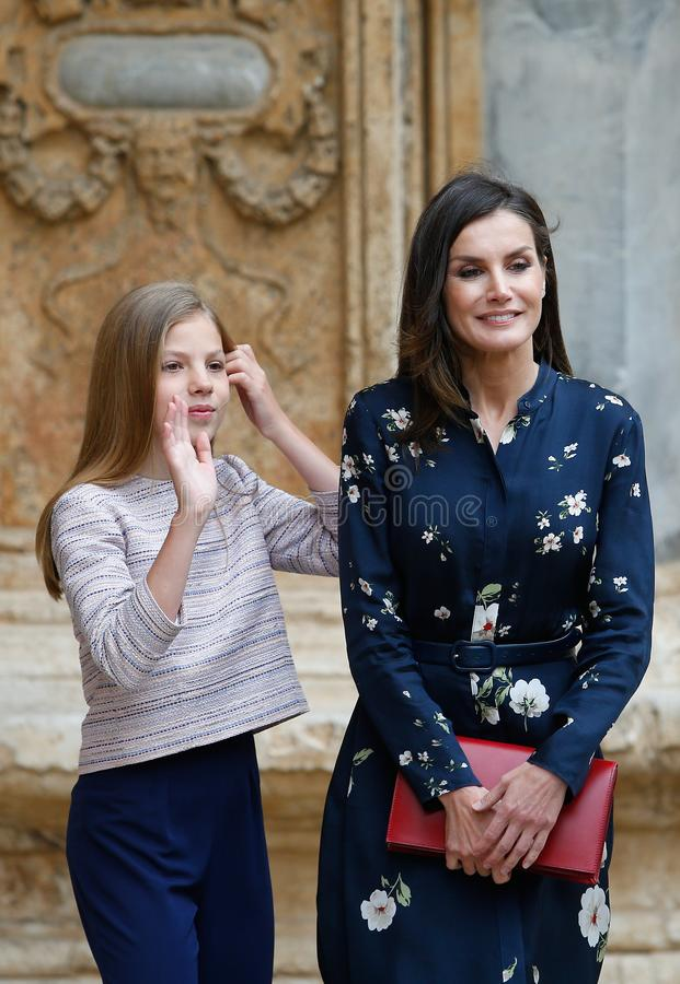 La Reine royale Letizia et princesse Sofia de l'Espagne assistant à une masse de dimanche Pâques en Majorque images libres de droits