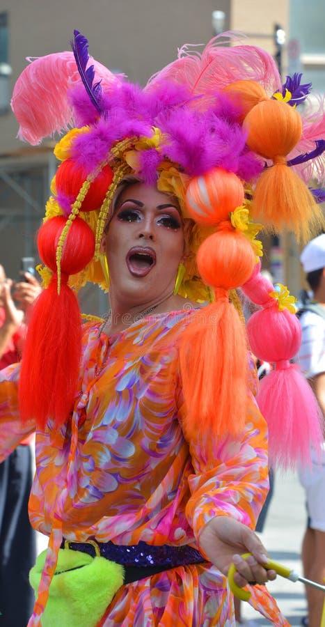 La reine-traînée participante à la fête communautaire photo stock