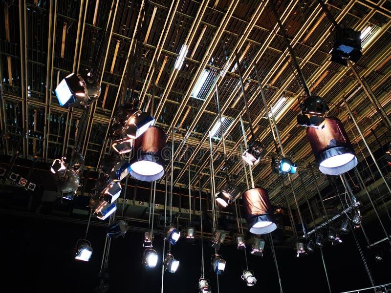 La rejilla de luces en un estudio de la televisión imagen de archivo libre de regalías