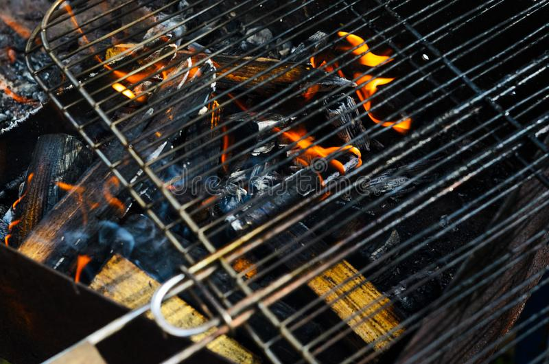 La rejilla de una parrilla consigue caliente en los carbones fotos de archivo