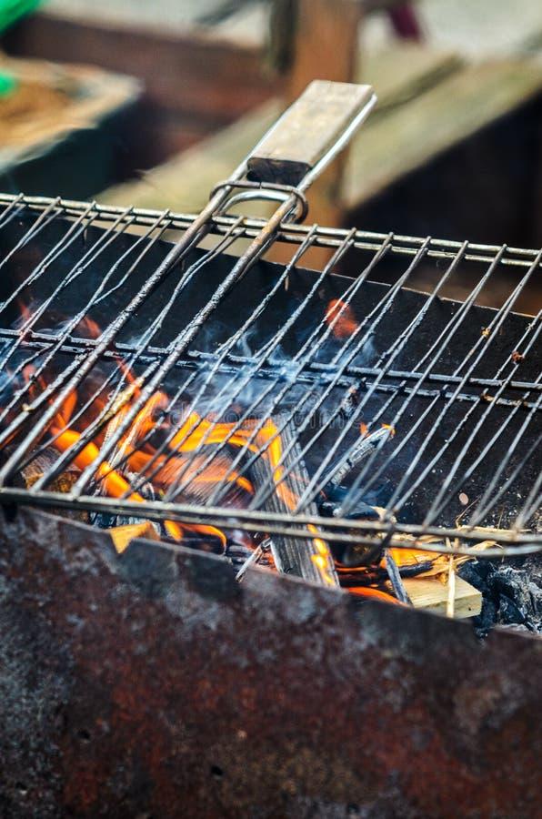 La rejilla de una parrilla consigue caliente en los carbones imagenes de archivo