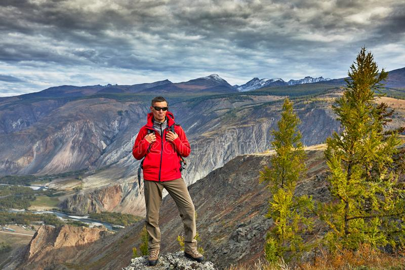 La relajación del viajero del hombre joven al aire libre con las montañas rocosas el otoño del fondo vacations y forma de vida fotos de archivo
