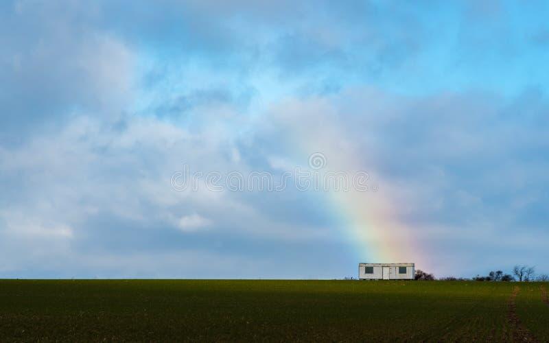 La remorque avec un arc-en-ciel sur un champ images stock