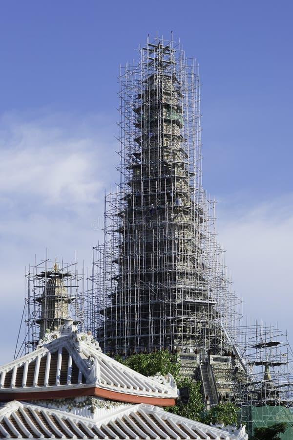 La reparación de una pagoda famosa en templo tailandés fotos de archivo