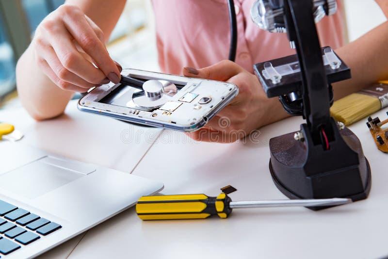 La reparación del teléfono móvil en taller imagen de archivo