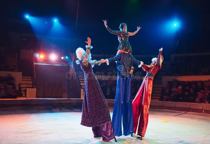 La représentation des échasse-marcheurs dans le cirque image stock