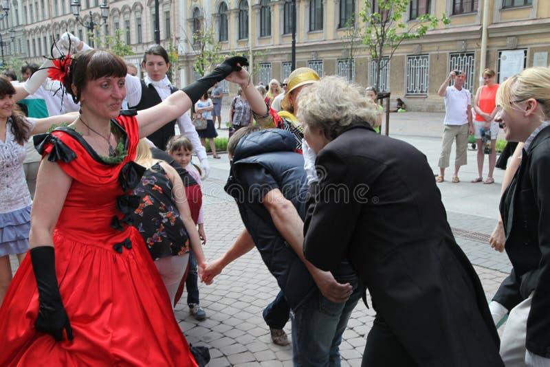 La représentation des instigateurs et des danseurs de l'ensemble de vivats historiques de Person de costume et de danse images stock