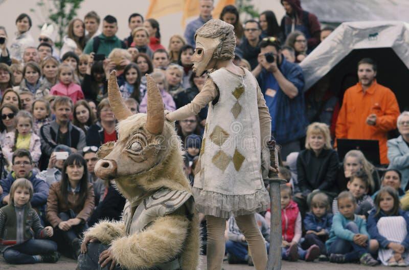 La représentation des poupées errantes de ` de théâtre du ` de Monsieur Pezho photographie stock libre de droits