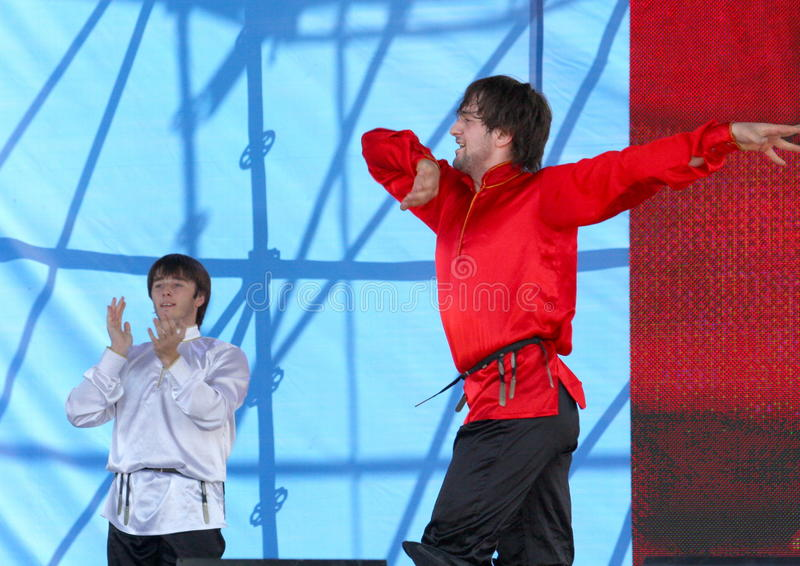 La représentation des soliste-danseurs de l'imamat d'ensemble (Dagestan solaire) images stock