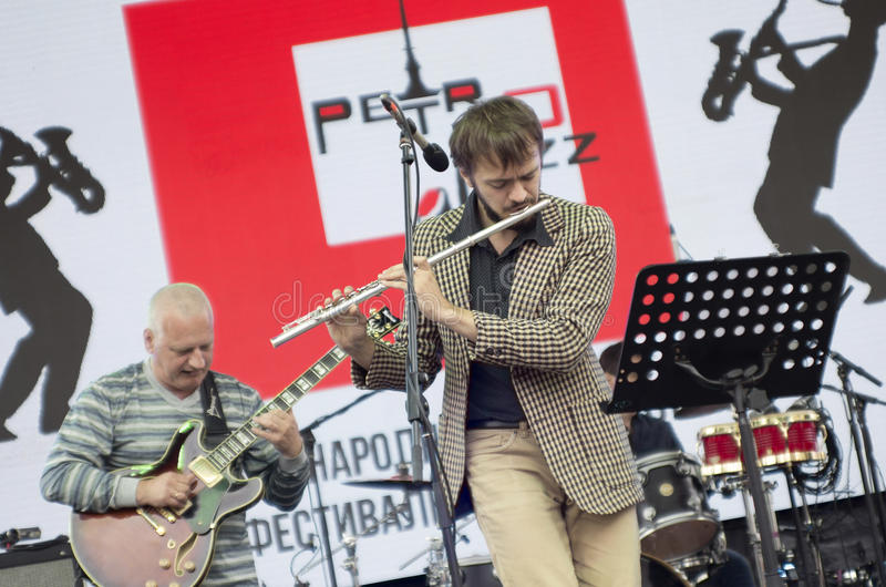 La représentation du flûtiste dans le jazz-band photos stock