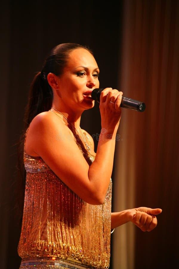 La représentation sur l'actrice d'étape et le chanteur de la diva classique russe Larisa Lusta de croisement photos libres de droits